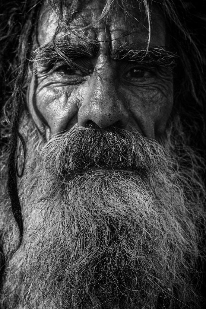En karl med skägg